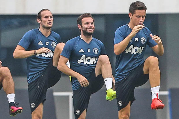Man United đồng loạt trói chân 4 cầu thủ